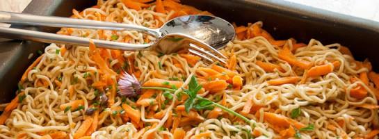Asiatischer-Nudelsalat-mit-Karotten